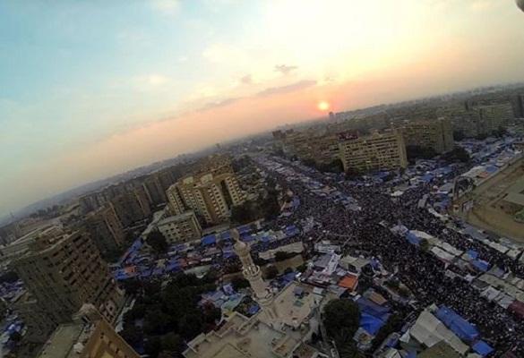 ميدان رابعة عامر بالمعتصمين مصور من بطائرة تحكم محلية الصنع