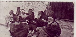 شيوخ من اليهود المغاربة في احدى دروب ملاح البيضاء