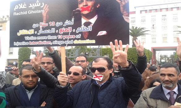 «منشد الجماعة» يحتج أمام البرلمان وهو يضع «كمامة على فمه»