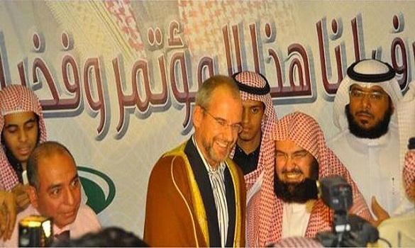 السديس يهدي عباءته لمنتج الفيلم المسيء للنبي صلى الله عليه وسلم بعد إسلامه