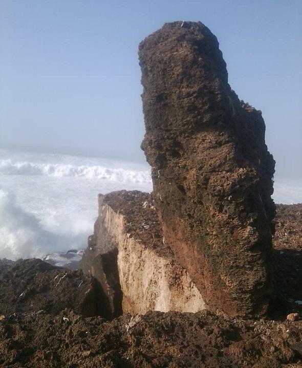 صخرة كبيرة رفعها المدّ البحري فوق الجرف الصخري بحي سيدي موسى بسلا