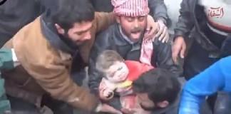إخراج طفل حي من تحت الأنقاض في مشهد مؤثر