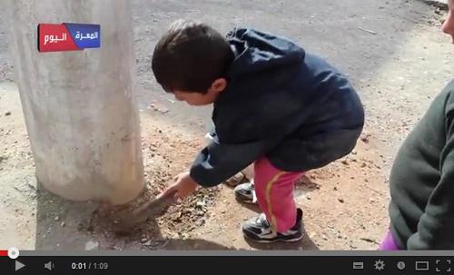 مقطع لطفل سوري من معرة النعمان وهو يحفر قبرا لبشار الأسد