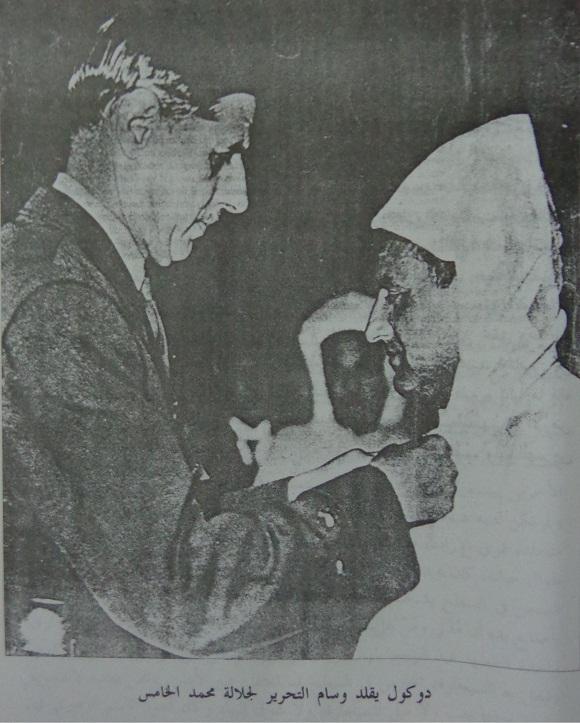 الجنرال ديغول يقلد الملك محمد الخامس وسام التحرير