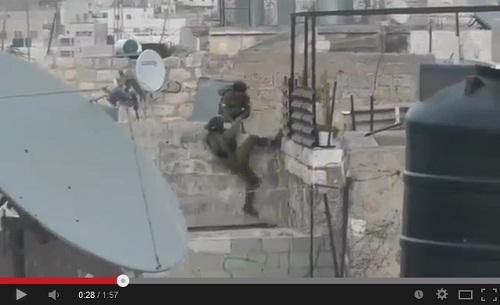 جندي صهيوني يفشل في تسلق سور صغير