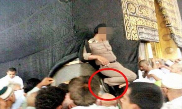 رجل أمن سعودي يضع قدمه على الحجر الأسود وأمير مكة يفتح تحقيق في الموضوع