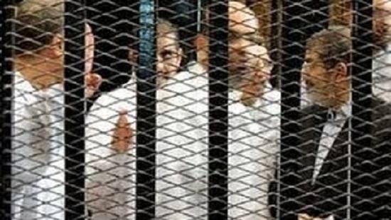 رسالة مرسي للمصريين.. ينقلها بديع من داخل القفص