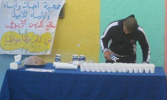 استقبال تلاميذ البكالوريا بالتمر والحليب لتحفيزهم على اجتياز الامتحانات