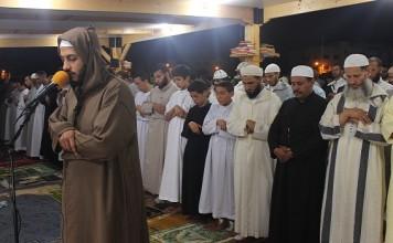 المقرئ معاذ الخلطي يمتع آلاف المصلين بصوته الشجي بأكبر مصلى تراويح بسلا