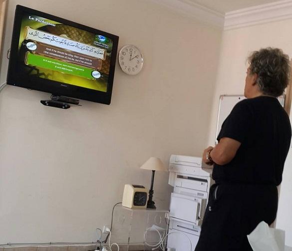 فرنسي يقف مشاهدا قناة «رسالة الإسلام» ويقرأ ترجمة معاني القرآن نصف ساعة
