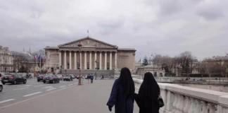 مسئول بلجيكي ينزع نقاب أميرة قطرية بأحد شوارع بروكسل