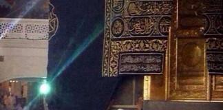 الشيخ توفيق الصائغ يقف عند باب الكعبة يودع ويحتضن الكعبة..