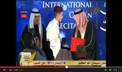 المغربي حمزة عبد الفتاح وراش الفائز بجائزة «القارئ العالمي» بالبحرين