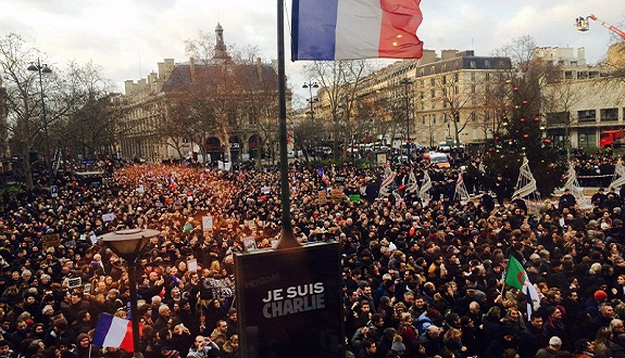 شارلي ايبدو تنشر الرسومات المسيئة في عددها الجديد وتستهتر بالمسلمين المشاركين في مسيرة باريس والمتعاطفين معها
