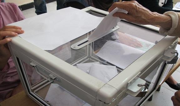 مغالطات فيديو قيام رئيس مكتب تصويت بالقنيطرة بوضع أوراق تصويت بصندوق الاقتراع