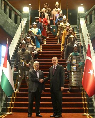 أردوغان يستقبل محمود عباس بعرض لحرس الشرف التركي بزي الدولة العثمانية