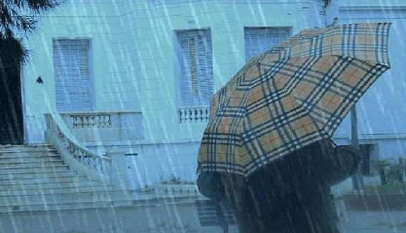 أمطار عاصفية قوية وتساقطات ثلجية مهمة ابتداء من غد الثلاثاء