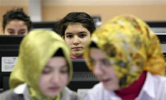هل ستحظر فرنسا الحجاب في الحضَانات والجامعات؟