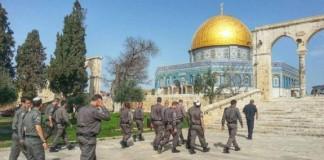 مستوطنون وجنود صهاينة يقتحمون المسجد الأقصى المبارك