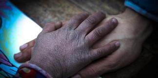 هل تصدقون أن هذه يد فتاة صغيرة مغربية لم يتجاوز عمرها سبع سنوات؟!!