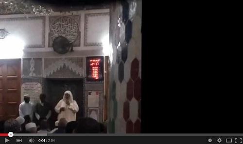إسلام إفريقيان بمسجد الفتح بمدينة سلا، والإمام ينطقهما الشهادتان..