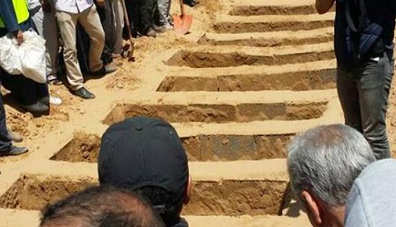 تشييع جنازة 13 شخصا توفوا في فاجعة طانطان بمقبرة خط الرملة بالعيون