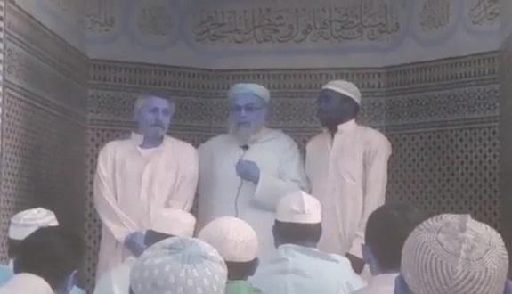 إسباني وكونغولي يشهران إسلامهما في مسجد حمزة بسلا على يد الشيخ المدغري