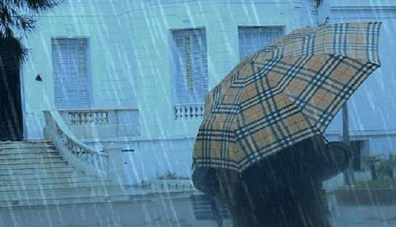 زخات مطرية ذات طابع عاصفي مصحوبة ببرد اليوم الثلاثاء وغدا الأربعاء