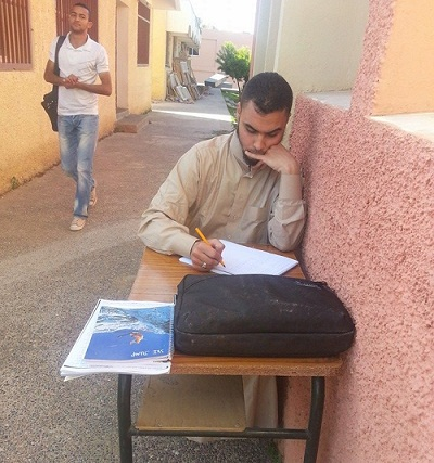 إصرار طالب قاده إلى متابعة الحصة الدراسية من خارج قاعة الدرس
