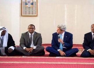 الشيطان جون كيري يعظ المسلمين في مسجد بجيبوتي عن التسامح في الإسلام