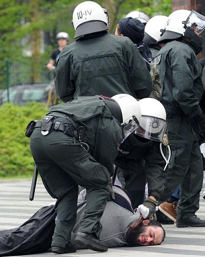 شرطي ألماني يجبر شابًّا مسلماً مغربيا على أكل لحم خنزير
