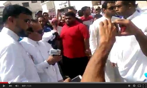 شيعة القطيف يطردون مراسل قناة الإخبارية السعودية من موقع التفجير، ويسبونه بالسعودي الإرهابي