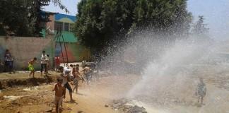 مصائب قوم عند قوم فوائد.. انفجار أحد أنابيب الماء الصالح للشرب فرصة ذهبية للصغار للاستحمام