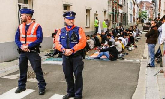 رئيس وزراء فرنسا يلوح بإغلاق المساجد والجمعيات الإسلامية