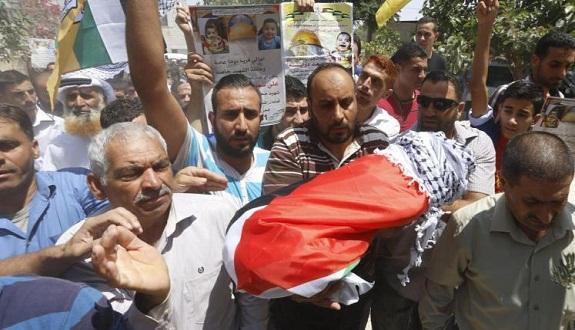 الآلاف يشيعون الرضيع الفلسطيني علي دوابشة والفصائل تتوعد بالرد بالرد