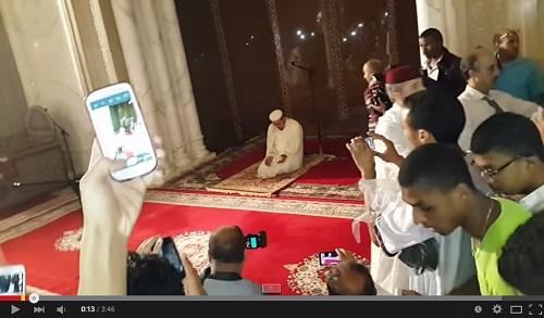 لحضة انتهاء الشيخ عمر القزابري عند ختم القرآن الكريم بمسجد الحسن الثاني