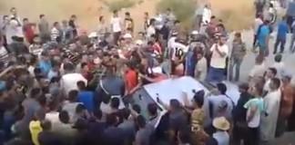 محاصرة دركيين يقومان بأعمال مخالفة للقانون بكتامة من طرف المواطنين