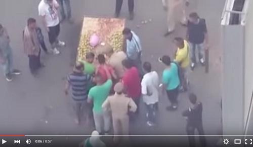 المخازنية يعتقلون بائع الهندية بأحد شوارع الدارالبيضاء بعدما منعهم من أخذعربته وحمولتها