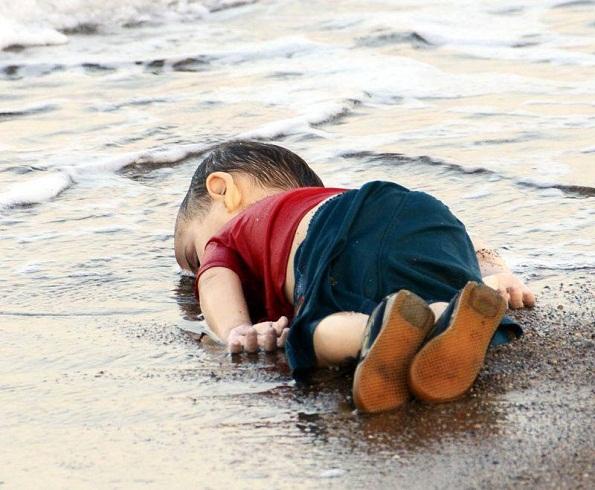 مجلة «شارلي إيبدو» المتطرفة تتشفى في موت الطفل السوري الغريق إيلان الكردي