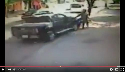 خطير: لم يستسغ نهبه وسط الشارع فداس اللصين بسيارته..