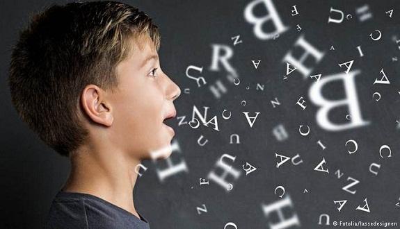 لهذه الأسباب.. لا تتحدث مع طفلك إلا بلغتك الأم!