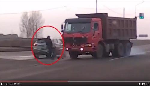 رجل نجا بأعجوبة من اصطدام شاحنة بسيارة خفيفة