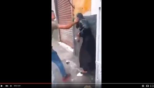 فيديو صادم.. اعتداء همجي على فتاة في الشارع بدعوى طقوس عاشوراء