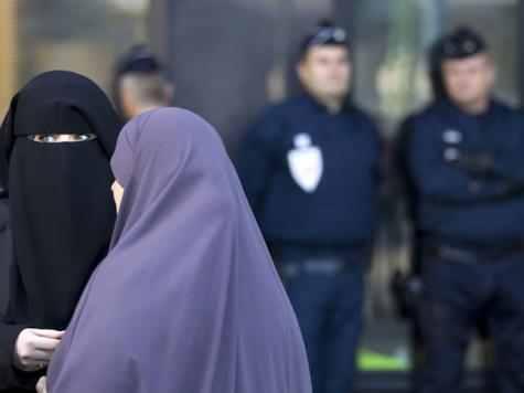 شرطية تقدّم شكوى للجنة حقوق الإنسان بهولندا بسبب منعها من الحجاب