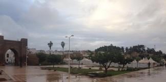 تجار المدينة العتيقة بسلا يزاولون تجارتهم تحت تهاطل الأمطار