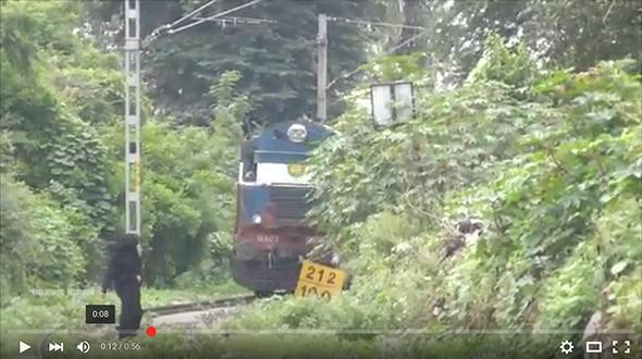 عبور ومنعطف خطير لقطار بالهند
