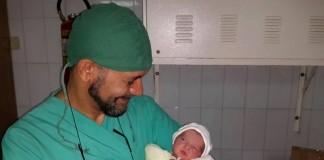 """المغربي """"زهير لهنا"""".. طبيب اللاجئين عبر العالم (قصة إنسانية)"""