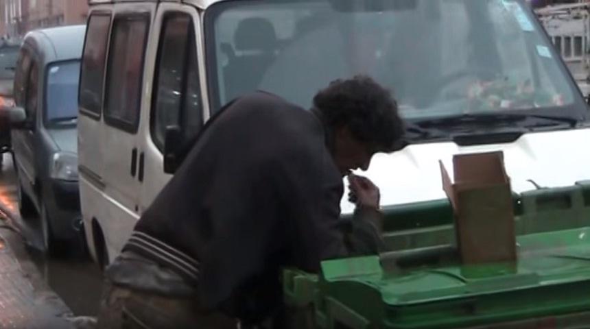 مشهد يدمي القلوب.. الأكل من القمامة ونصب منصات موازين؟!!