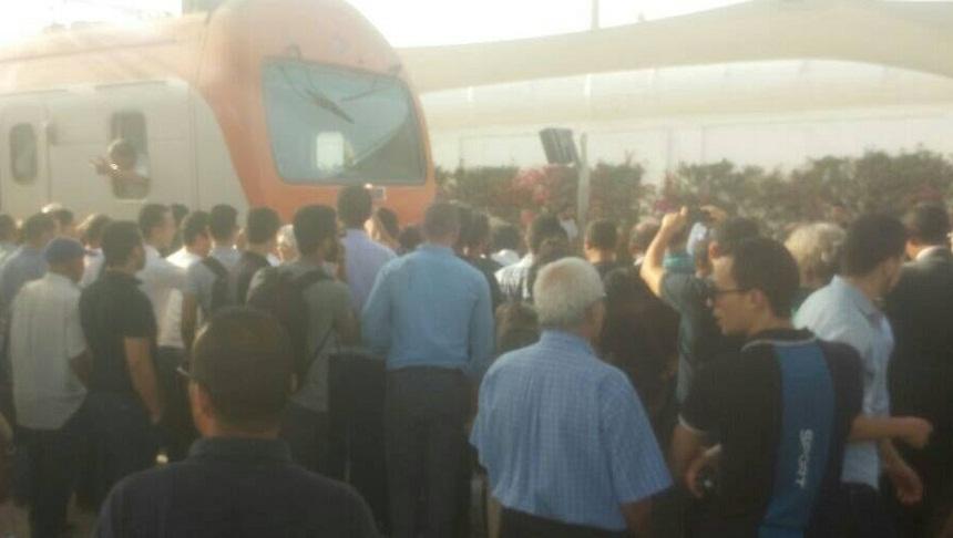 مسافرون يحتجون على القطار باحتلال السكة