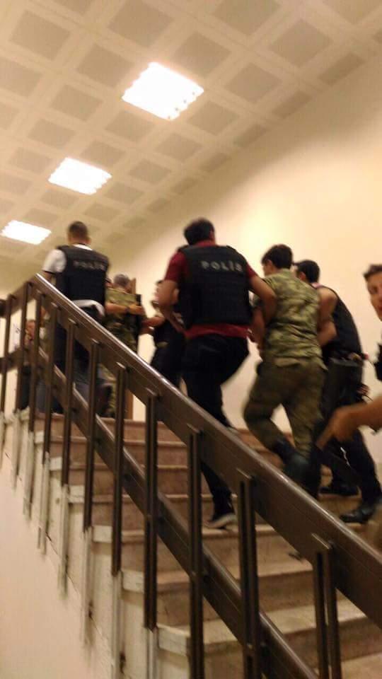 صور الانقلابيين الأتراك وهم خاسئون